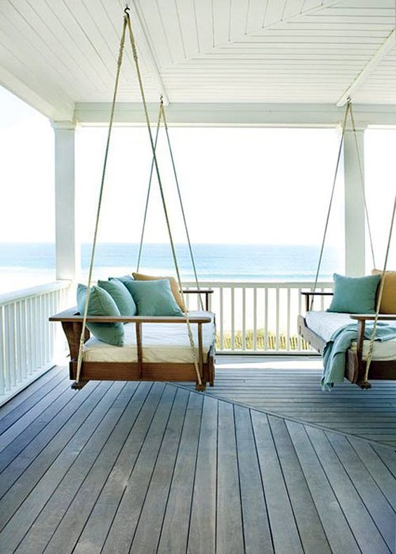 Il divano sospeso è un ottima soluzione per rendere rilassande il tempo che  passate nel vostro giardino.